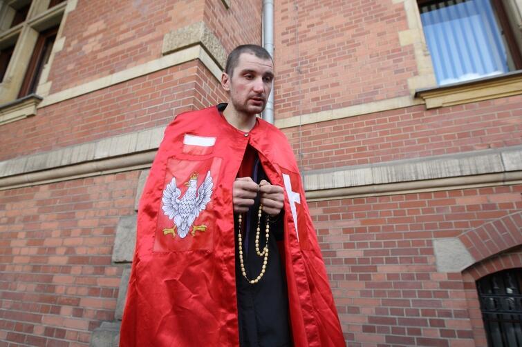 Blisko 50 osób stanęło w czwartek, 13 lipca, na schodach do gmachu Rady Miasta Gdańska. Postawili transparenty, z różańcami w dłoniach modlili się o ocalenie Polski i świata. Tuż przed nimi, ruchliwą ulicą pędził przed siebie rój samochodów i ludzi. Mało kto zwracał uwagę na modlących się, a jeśli już - to widać było kpinę i uśmiechy