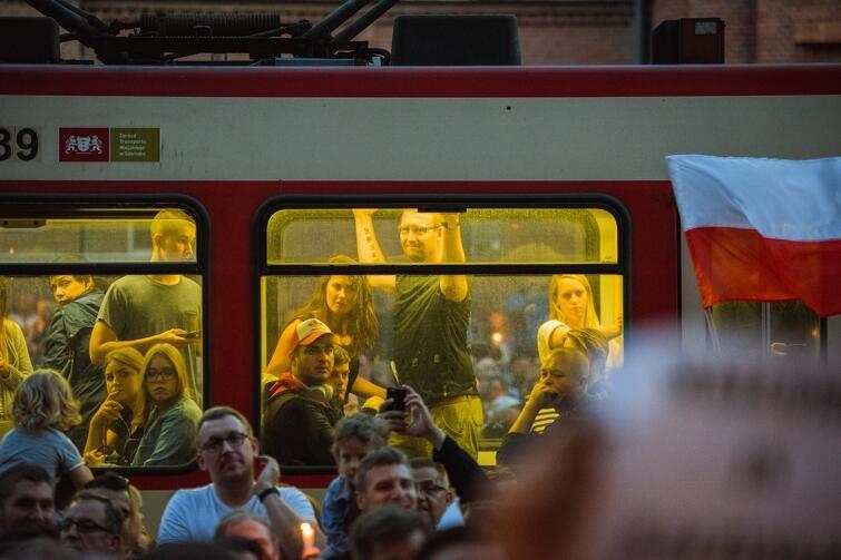 Czwartkowy wieczór, 20 lipca, w Gdańsku dał dowody, że Jarosław Kaczyński jest jednak geniuszem-cudotwórcą. Któż inny byłby w stanie sprawić, aby 10-tysięczny tłum skandował słowa poparcia dla sędziów, adwokatów i radców prawnych?