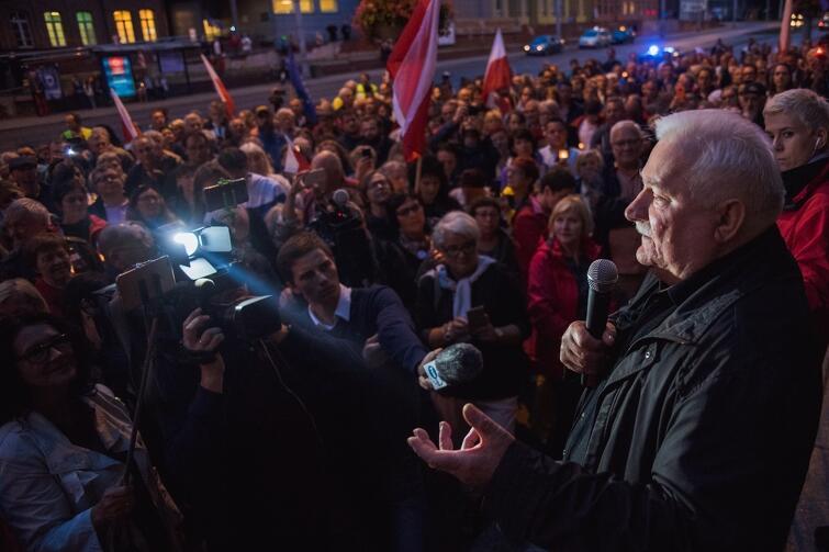 Lech Wałęsa, jak obiecał, znów był pod Sądem Okręgowym w Gdańsku. We wtorek, 25 lipca, o godz. 21 mówił: - Trzecia ustawa, nie zawetowana przez prezydenta jest najważniejsza, bo dotyczy sądów lokalnych. A to tu, nie w Warszawie, toczą się nasze sprawy. A PiS chce te sądy przejąć i ustawić tu swoich ludzi