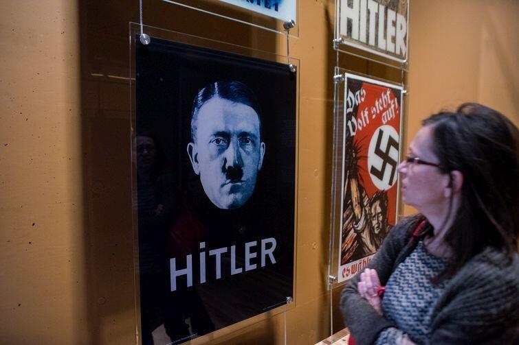 Prezes PiS Jarosław Kaczyński stwierdził, że MIIWŚ  realizuje niemiecką  politykę historyczną. Na zdjęciu sala poświęcona dojściu NSDAP do władzy w Niemczech i nazistowskiej propagandzie