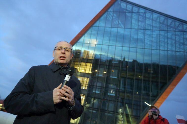 Poprzedni dyrektor i twórca MIIWŚ  prof. Paweł Machcewicz przed budynkiem muzeum 5 kwietnia 2017. Był to przedostatni dzień jego pracy