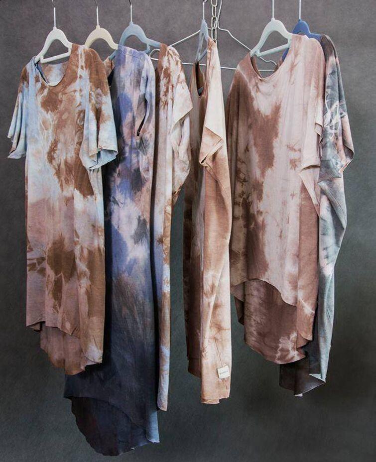 Barwione ubrania marki Goshko, będącej autorskim projektem Małgorzaty Kalinowskiej – absolwentki malarstwa Akademii Sztuk Pięknych w Gdańsku