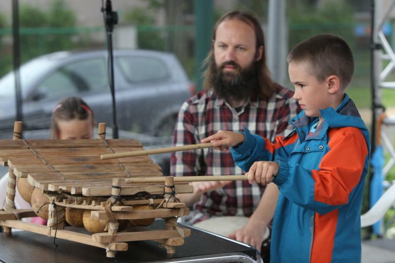 Mobilny Dom Kultury to m.in. okazja, by nauczyć się grać na instrumencie. Nz. warsztaty gry na bębnach djembe