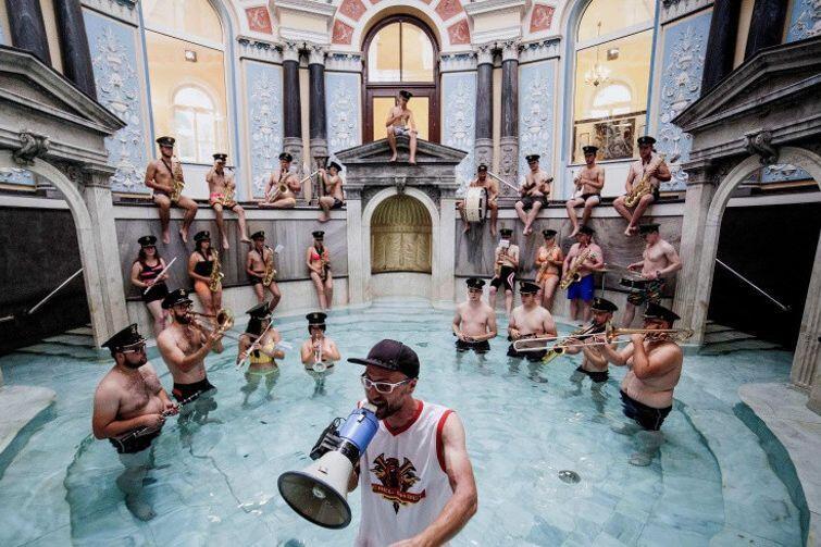 L.U.C & Rebel Babel Ensemble dali już się poznać gdańskiej publiczności m.in. koncertem w Gdańskim Teatrze Szekspirowskim. Tym razem grupa wystąpi na Targu Węglowym podczas Jarmarku św. Dominika