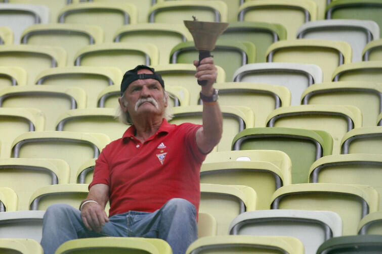 Stanisław Sętkowski, najwierniejszy kibic Górnika Zabrze, z nieodłącznym dzwonkiem - na trybunie gdańskiego stadionu