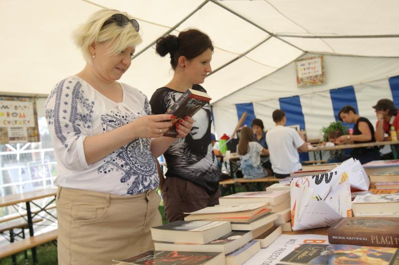 Bookcrossing podczas Mobilnego Domu Kultury, czyli przyjdź i weź książkę, która Cię zainteresuje. Jeśli chcesz, zostaw w zamian inną - ale to nie przymus