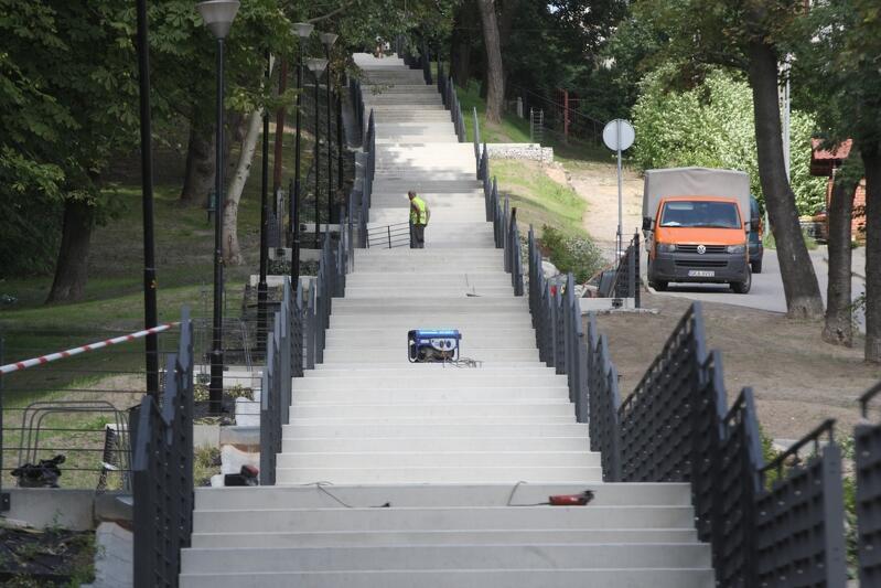 Jeszcze ostatnie poprawki i montaż niewielkich elementów, i z baaardzo długich schodów będzie można korzystać na dobre