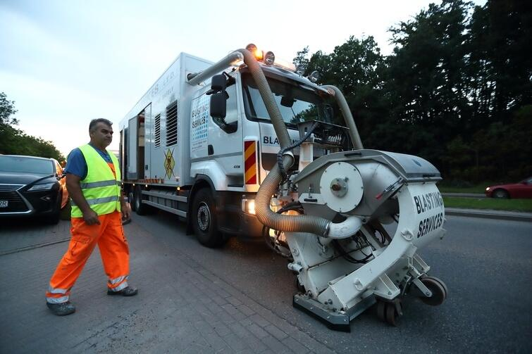 Urządzenie do śrutowania zamontowane jest przy przednim zderzaku ciężarówki. Na Słowackiego pracują dwa takie samochody