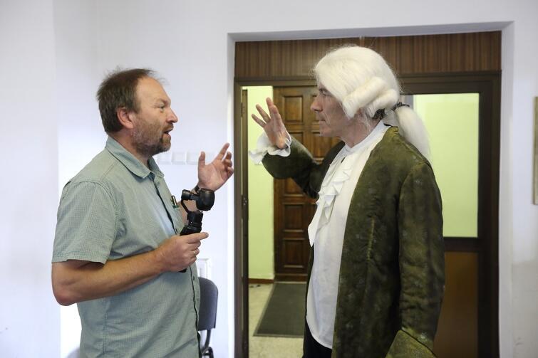Operator Wojciech Ostrowski i aktor Krzysztof Baliński wymieniają ostatnie uwagi przed ujęciem