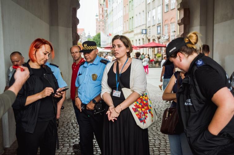 Specjalny patrol zniechęcający do działalności zarobkowej z wykorzystaniem zwierząt zainicjowała Menadżer Śródmieścia, Karina Rembiewska (w jasnym swetrze)