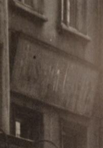 Dlaczego ten szyld nad oknami pierwszego piętra domu nr 41 jest zamalowany?