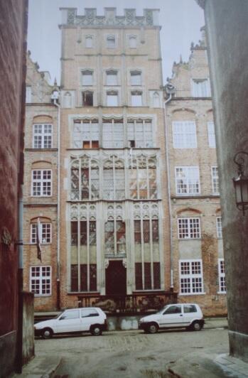 Po wojnie przy ulicy Chlebnickiej 14 wzniesiono kamieniczkę z dokładnie zrekonstruowaną fasadą sprzed 1824 roku