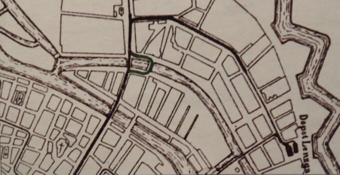 Fragment planu miasta z 1896 roku z liniami nowego tramwaju elektrycznego; kolorem zaznaczyliśmy odcinek toru poprowadzonego przez Most Matników