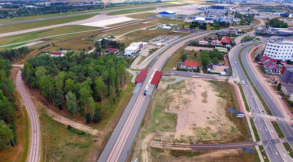Dokładne miejsce lokalizacji przystanku Gdańsk Firoga. W tle Port Lotniczy im. L. Wałęsy