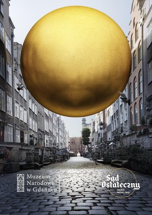 Złota kula, symbol duchowego przesłania obrazu, ląduje pomiędzy kamieniczkami na Mariackiej...