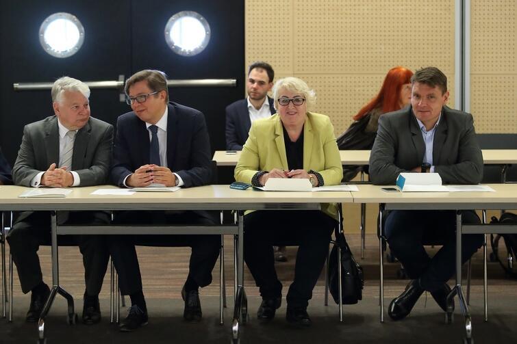 W poniedziałkowym zgromadzeniu wzięli udział także pomorscy posłowie i senatorowie. Na zdjęciu od lewej: Bogdan Borusewicz, Wicemarszałek Senatu RP, poseł Tadeusz Aziewicz, posłanka Henryka Krzywonos i poseł Adam Korol