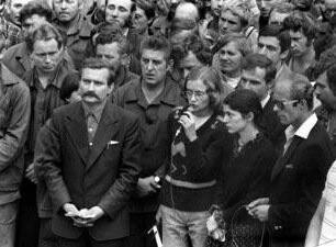 Strajk w Stoczni Gdańskiej; modlitwę prowadzi Magda Modzelewska, towarzyszy jej Bożena Rybicka i Lech Wałęsa