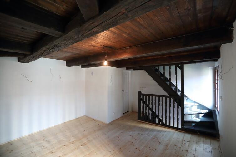 W budynku udało zachować się oryginalne belki stropowe pochodzące z XVIII i XIX wieku