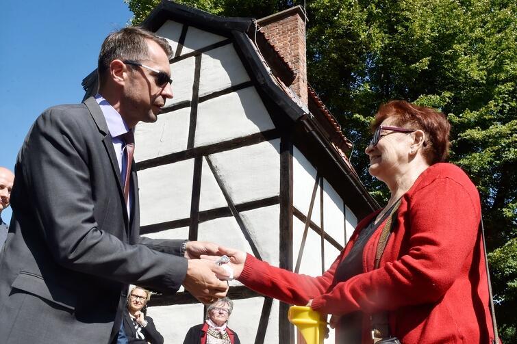 Sławomir Kiszkurno, dyrektor Wydziału Gospodarki Komunalnej UMG przekazał klucze do wyremontowanego obiektu jego wieloletniej najemczyni: Irminie Olszewskiej