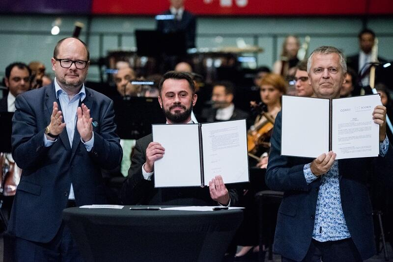 Sygnatariusze umowy: Piotr Stasiowski, Helge Lunde oraz prezydent Gdańska Paweł Adamowicz