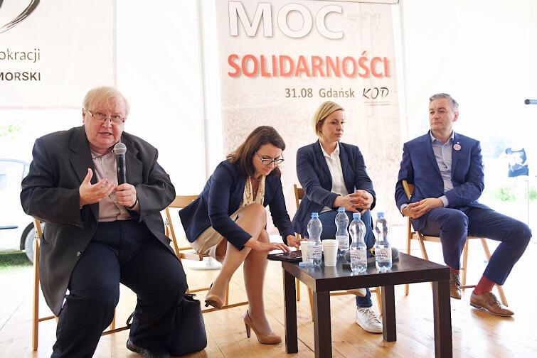 Debata o demokracji. Od lewej Aleksander Hall, Kamila Gasiuk-Pihowicz (.Nowoczesna), Magdalena Filiks (KOD) i Robert Biedroń, prezydent Słupska