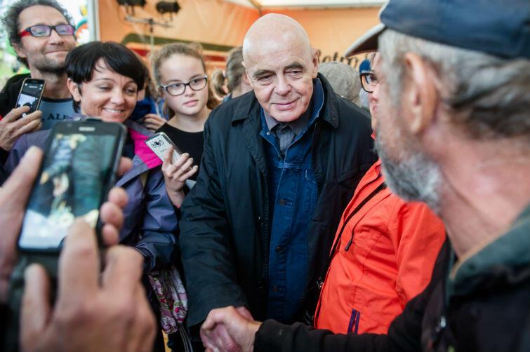 Stanisław Tym z fanami: rozdawał zdjęcia, pozował do zdjęć, ściskał dłonie