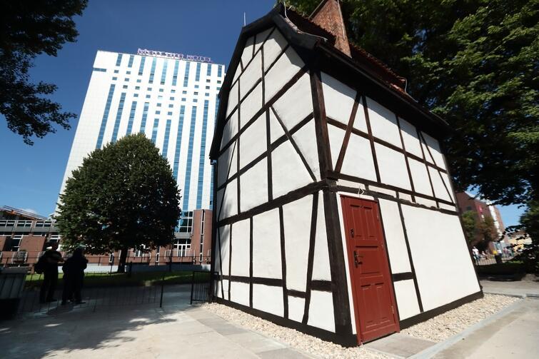 To jedyny zachowany budynek z dawnej pierzei domów usytuowanych nad Kanałem Raduni, pochodzący z przełomu XVIII i XIX wieku