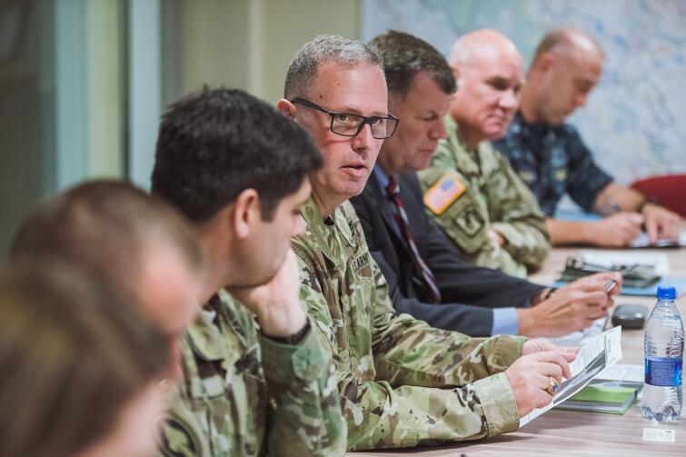 Delegacja US Army w Centrum Zarządzania Kryzysowego w Gdańsku. Po środku gen. Frederick Maiocco, zastępca dowódcy 21 Grupy Wsparcia