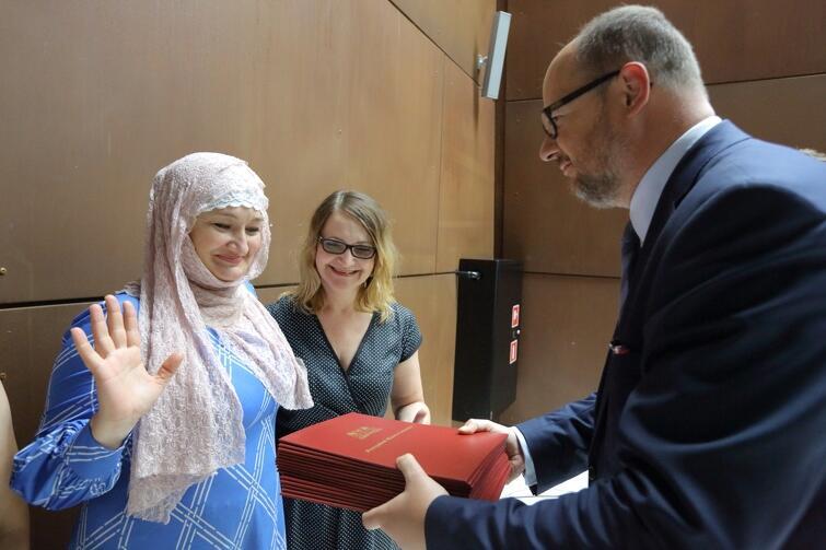 Nz. Khedi Alieva, Czeczenka, pracuje w Centrum Wsparcia Imigrantów i Imigrantek i Paweł Adamowicz Prezydent Gdańska