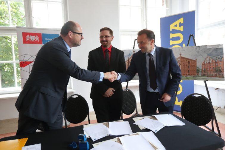 W uroczystym podpisaniu umowy uczestniczyli: prezydent Gdańska Paweł Adamowicz, Tomasz Olej dyrektor firmy Polaqua i Ryszard Gajewski prezes spółki Gdańskie Wody