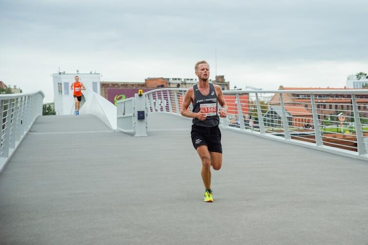 Zwycięzca Marek Kowalski jeszcze na kładce