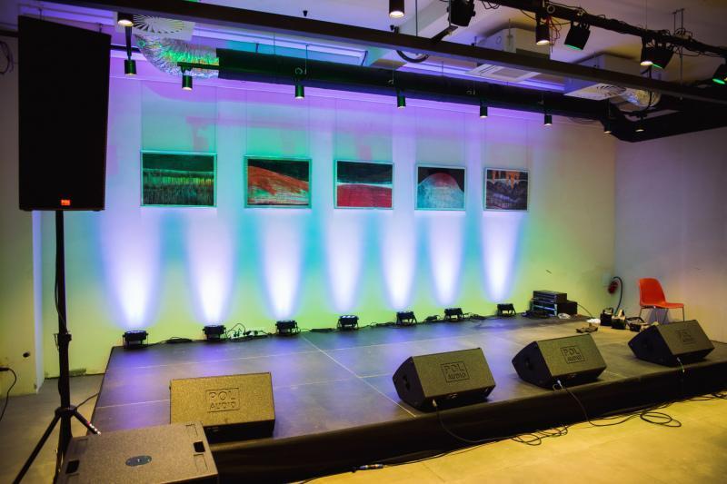W świeżo otwartej sali koncertowo-teatralnej znajdzie się do 100. miejsc siedzących. Wkrótce do wydarzeń muzycznych i spektakli dołączą tutaj także projekcje filmowe