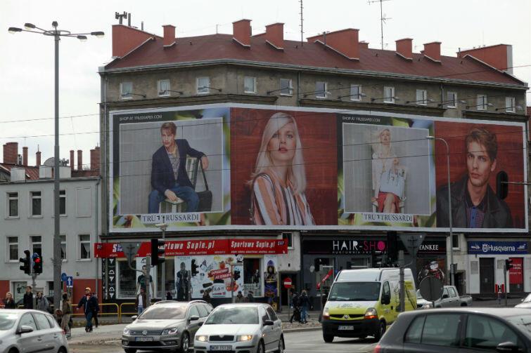 Ogromna reklama na skrzyżowaniu ul. Słowackiego i al. Grunwaldzkiej w Gdańsku
