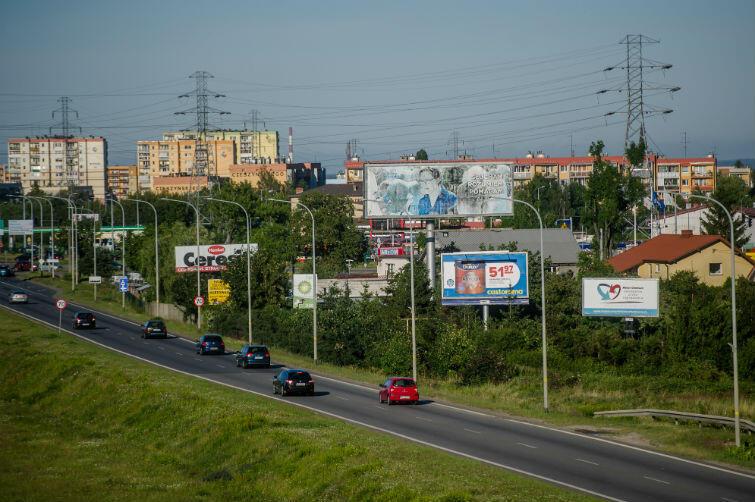 Al. Armii Krajowej w Gdańsku. Reklamy wielkopowierzchniowe umieszczone przy drodze
