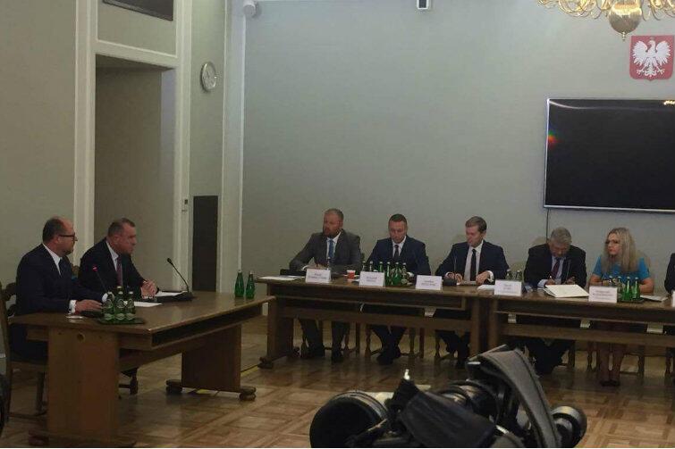 Przed sejmową komisja ds. Amber Gold. Po lewej - prezydent Adamowicz (obok siedzi gdański adwokat Jerzy Glanc)