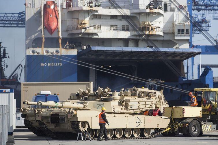 Czołg M1 Abrams wyjechał właśnie z ładowni statku Endurance