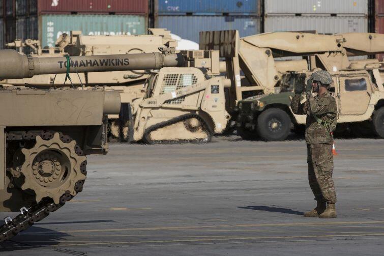 Ten czołg nazywa się Tomahawkins. Właśnie zjechał na nabrzeże
