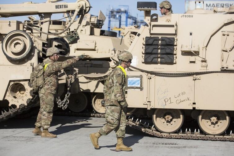 Amerykańskie czołgi i pozostały sprzęt w barwach pustynnych