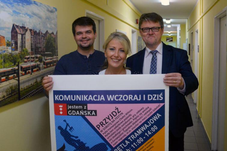 Pracownicy ZTM z plakatem promującym Gdański Tydzień Mobilności