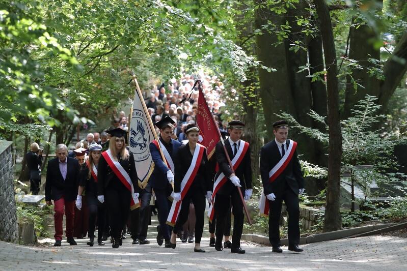 Kondukt żałobny w drodze do grobu na Cmentarzu Komunalnym w Sopocie