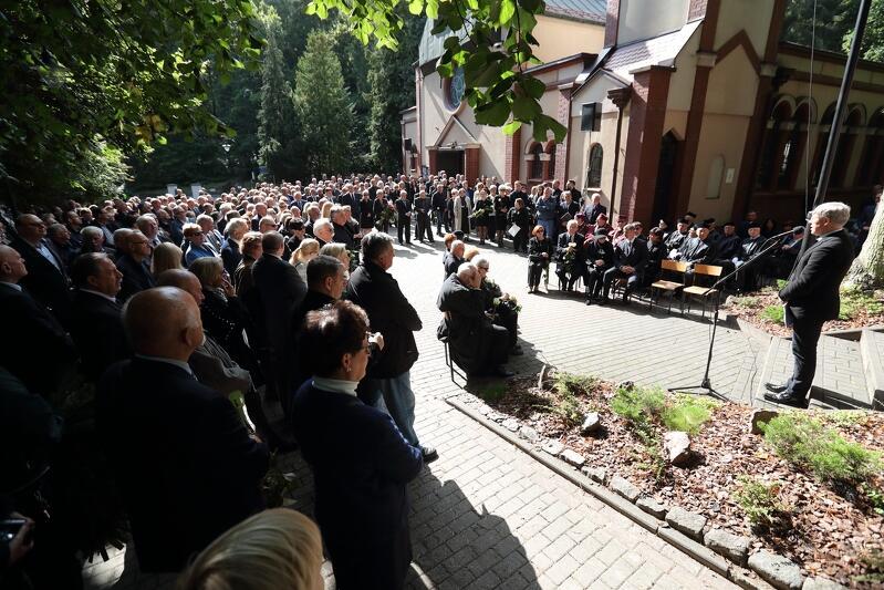 Przed kaplicą Cmentarza Komunalnego w Sopocie, gdzie rozpoczęła się ceremonia pogrzebowa, zmarłego prof. Jerzego Młynarczyka w swoich wystąpieniach wspominało kilkanaście osób