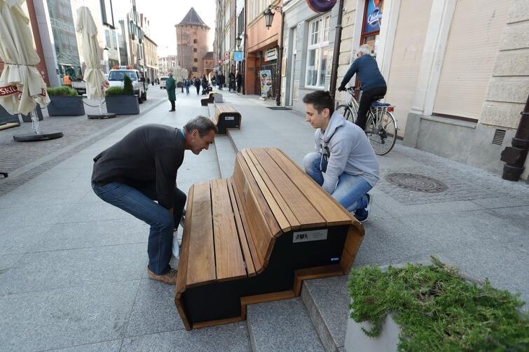 Czwartek, 21 września, godz. 10: meble miejskie dopiero co przyjechały od producenta z Olsztyna i właśnie są ustawianie na ul. Stągiewnej
