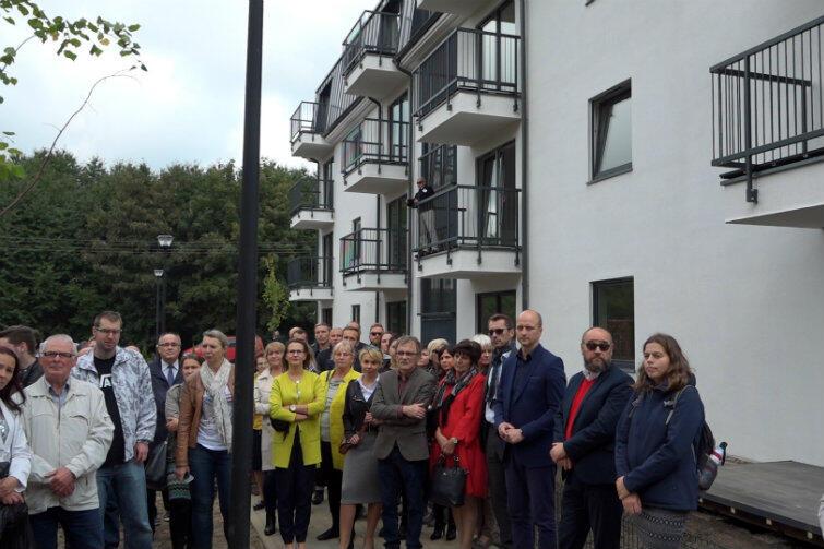 Zdjęcie prawie rodzinne: lokatorzy i miejscy urzędnicy, którzy doprowadzili do realizacji projektu