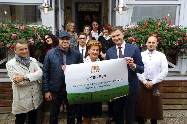 Wręczenie głównej nagrody dla FishMarkt Targ Rybny. Od lewej w pierwszym rzędzie: Dariusz Gobis, Wojciech Stybor, Barbara Markiewicz (właścicielka restauracji), Piotr Grzelak