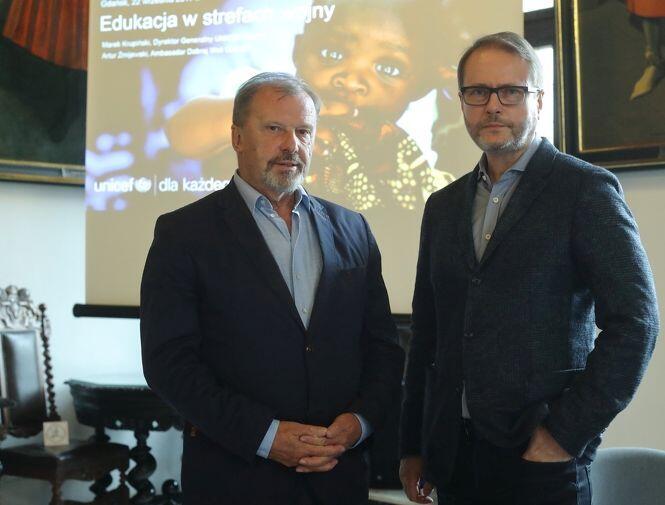Od lewej: Marek Krupiński, dyrektor generalny UNICEF Polska oraz aktor Artur Żmijewski, ambasador Dobrej Woli UNICEF w Gdańsku, w Ratuszu Głównego Miasta, w piątek 22 września