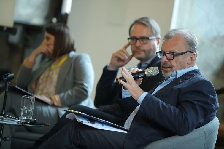 Żmijewski i Krupiński podczas prezentacji 'Edukacja w strefach wojny'