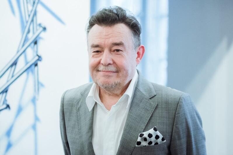 Krzysztof Ignatowicz ukończył Państwową Wyższą Szkołę Sztuk Plastycznych (dziś ASP) w Gdańsku w 1983 roku, zajmuje się komunikacją wizualną. Pracował jako grafik i dyrektor artystyczny wielu gazet