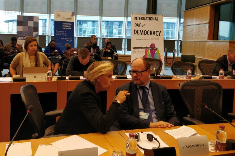 Paweł Adamowicz i Antonella Valmorbida - szefowa ALDA - żywiołowo dyskutują na temat sposobów aktywizacji obywateli w krajach Partnerstwa Wschodniego