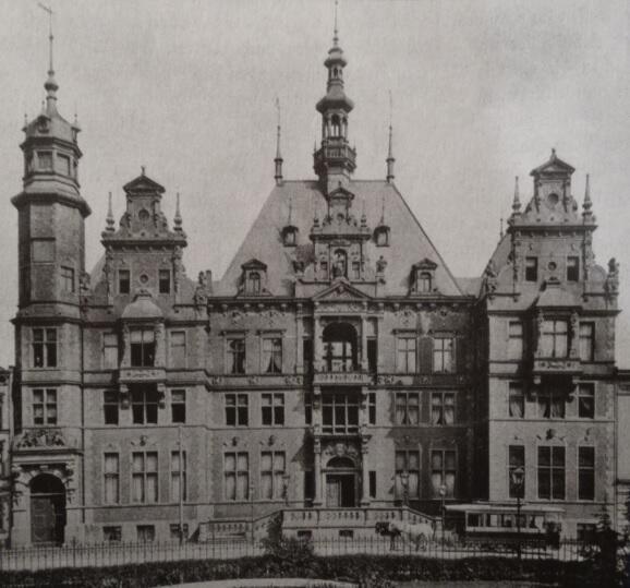 """Nawet nowo powstające budynki nawiązują bryłą do """"katedr i fortec"""""""