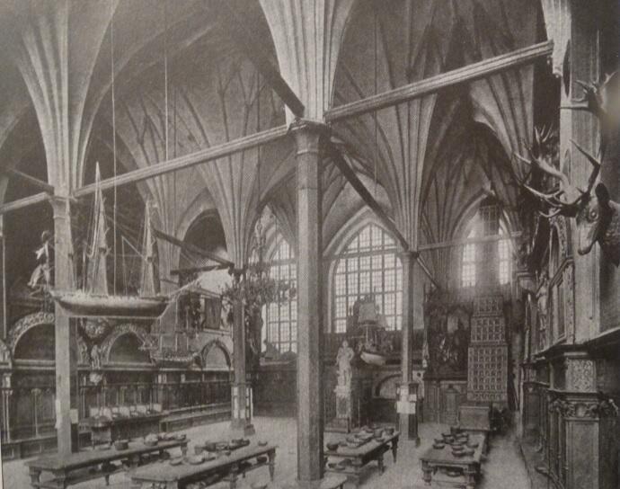 W Dworze Artusa posąg Augusta III (widoczny pośrodku) i wspaniały piec kaflowy (po prawej)